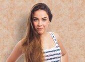 Duran genç ve güzel kadın — Stok fotoğraf