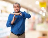 Man shows time out gesture — Stockfoto