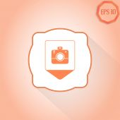 Map pointer with photo camera icon. Flat design style — Stock Vector