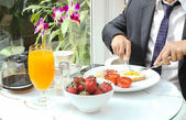 Businessman have a healthy breakfast — Stockfoto