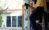 Uomo di riparazione che lavora il vetro rotto — Foto Stock