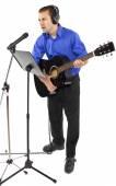 Bir gitar tutan şarkıcı — Stok fotoğraf