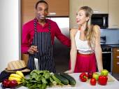 Boyfriend cooking for girlfriend at home — Stockfoto