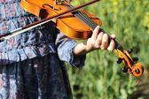 Tocando el violín — Foto de Stock