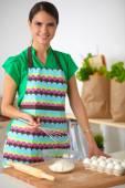 Sorrindo jovem mulher na cozinha, isolado no fundo — Fotografia Stock