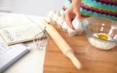 Jovem mulher na cozinha, isolada no fundo — Fotografia Stock