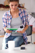 žena čte mgazine v kuchyni doma — Stock fotografie