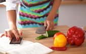 Woman preparing salad in the kitchen — Stock Photo