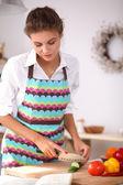 微笑准备沙拉在厨房里的女人 — 图库照片