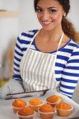 Femme fait des gâteaux dans la cuisine — Photo