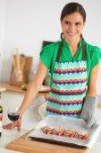 Mulher é fazer bolos na cozinha — Fotografia Stock