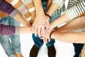 Högen av händerna på vänner — Stockfoto