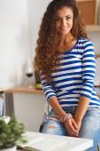 微笑在厨房里的年轻女子,孤立的背景上 — 图库照片