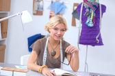 Designer de moda jovem moderna trabalhando no estúdio. — Foto Stock