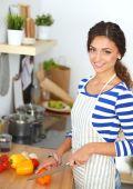 Verduras de corte joven en cocina — Foto de Stock