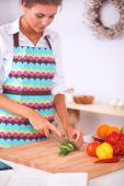 Smiling woman preparing salad in the kitchen — Foto de Stock