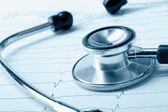 Un stéthoscope bleu sur un cardiogramme — Photo
