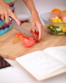 Young woman preparing salad in the kitchen — Foto Stock