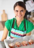 Kadın mutfakta kek yapıyor — Stok fotoğraf
