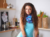 Mujer joven en su cocina — Foto de Stock