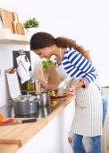Mujer hermosa en la cocina con delantal — Foto de Stock
