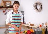 Lachende jonge vrouw voorbereiding salade in de keuken — Stockfoto