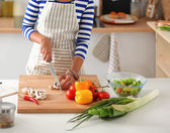 キッチンで若い女性の切断の野菜 — ストック写真