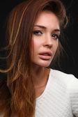 Retrato de una bella mujer, aislada sobre fondo negro — Foto de Stock