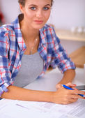 όμορφη νεαρή γυναίκα που γράφει κάτι στο σημειωματάριο της — Φωτογραφία Αρχείου