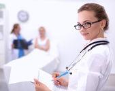 Porträt der frau doktor im krankenhaus mit ordner — Stockfoto