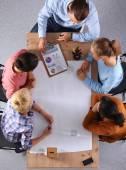 Деловые люди сидят и обсуждают на бизнес встречу, в офис — Стоковое фото