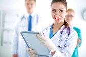 Medico donna in piedi con la cartella all'ospedale — Foto Stock
