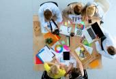 Mensen uit het bedrijfsleven zitten en te bespreken op zakelijke bijeenkomst, in office — Stockfoto