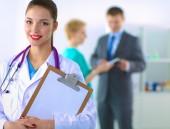 Kvinna läkare står med mappen på sjukhus — Stockfoto