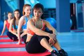 Sportowy ludzi siedzi na maty do ćwiczeń w studio fitness jasny — Zdjęcie stockowe