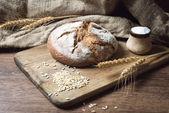 Brood op houten tafel — Stockfoto