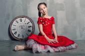 Dívka s velkými hodinami — Stock fotografie