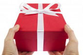 Holding a gift — Stockfoto