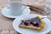 Tarta de queso con una taza de café de bayas de un azul. — Foto de Stock