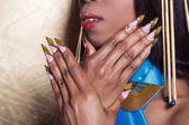Lindas unhas longa desenhador, unhas para exposições, francês manicura — Fotografia Stock