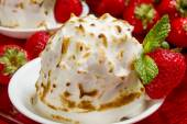 Strawberry baked alaska — Stock Photo