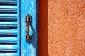 Orange duvar mavi pencere — Stok fotoğraf