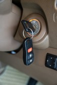 Araba anahtarı ateşleme kilit Başlat — Stok fotoğraf