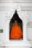 A Buddhist monk prays at Shwedagon Pagoda, in Yangon, Myanmar — Stock Photo