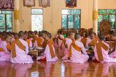 Мандалай, Мьянма - 23 ноября 2014: многие неизвестные буддхи — Стоковое фото