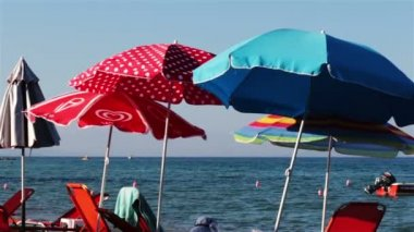 Colorful parasols and sunbeds on the beach, Greece — Stock Video