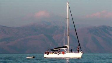 Jachtverhuur zeilen in de buurt van de oevers griekenland. — Stockvideo