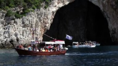 Tourist boat near the caves of mainland Greece. — Stock Video