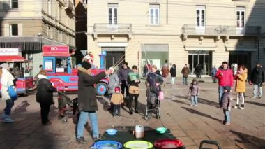 Bologna, Italy - January 1, 2015: Children Amazed By Huge Soap Bubbles On The Street in Bologna, Italy. Street Art — Stock Video
