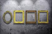Trä fotoram på betongvägg — Stockfoto